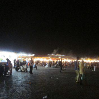 Het bekende plein met eettentjes