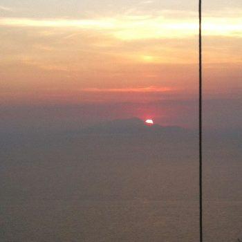 Zon gaat onder achter Capri (vanaf terras)