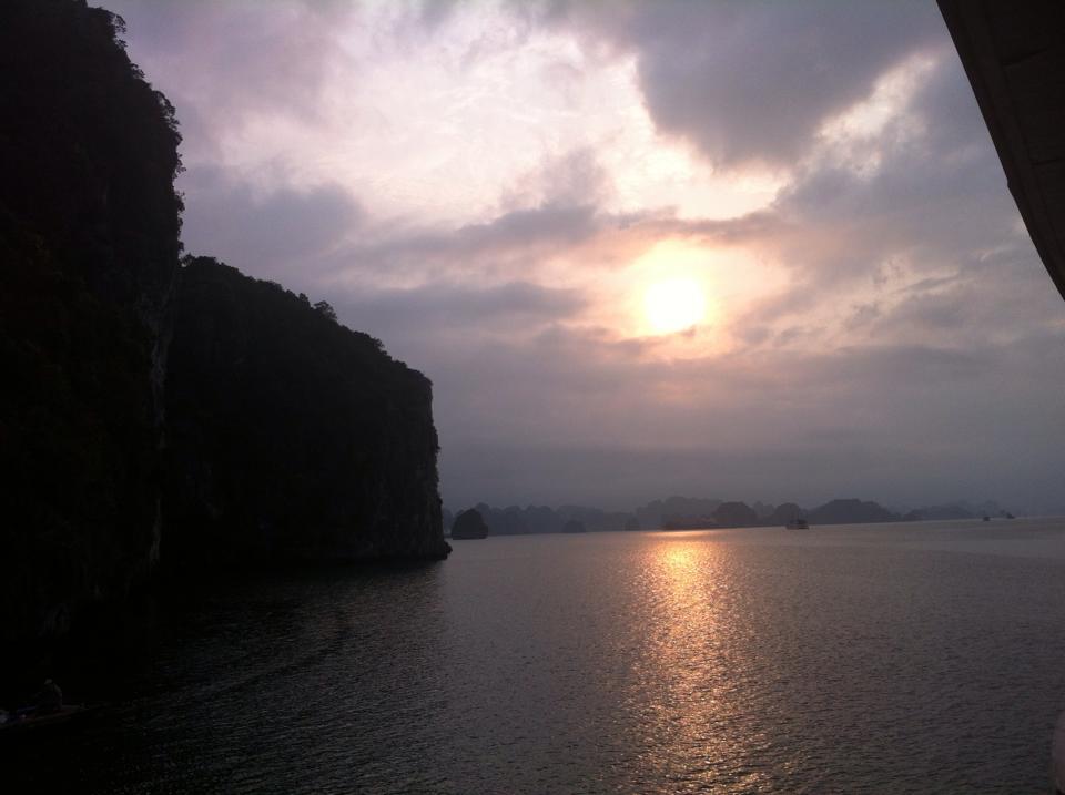 Magische zonsondergang in Halong Bay
