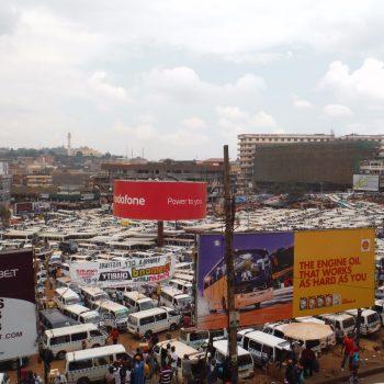 één van de vele overvolle taxi standplaatsen