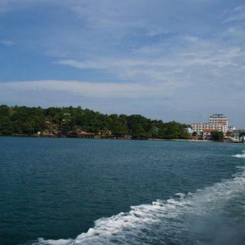 Uitzicht over Sihanoukville vanaf de boot naar Koh rong Sanloem