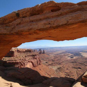 Canyonlands - achter de arch een indrukwekkende opengespleten bodem