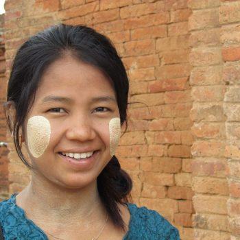 Thanaka op de wangen, typisch birmees