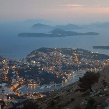 Uitzicht op het historisch centrum en de eilanden vanaf de Srd berg