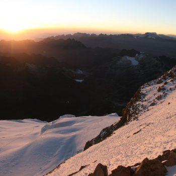 Uitzicht zonsopkomst vanaf de top 6088m