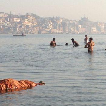 De Ganges, criminelen, kinderen, zwangere en zieke mensen worden niet gecremeerd na overlijden maar drijven in de Ganges. Terwijl andere mensen zich er wassen.