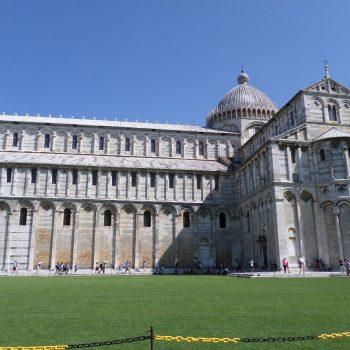 Gebouw bij de toren van Pisa