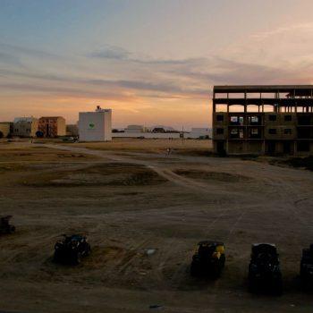 zand en bijna vervolledigde gebouwen