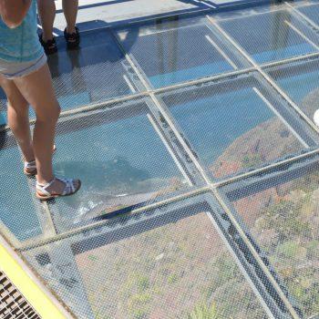 De glazen loopbrug bij Cabo Girão, hoogte 580m, een uitzichtpunt met spectaculair uitzicht