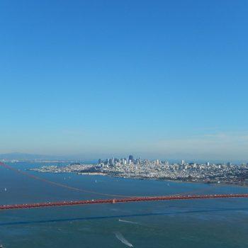 Uitzicht vanaf de berg naar de brug
