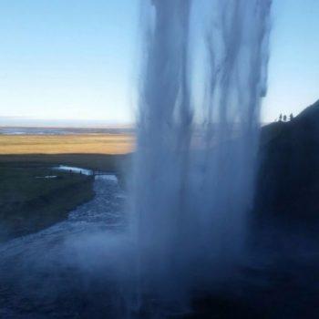 Achter de Seljalandsfoss