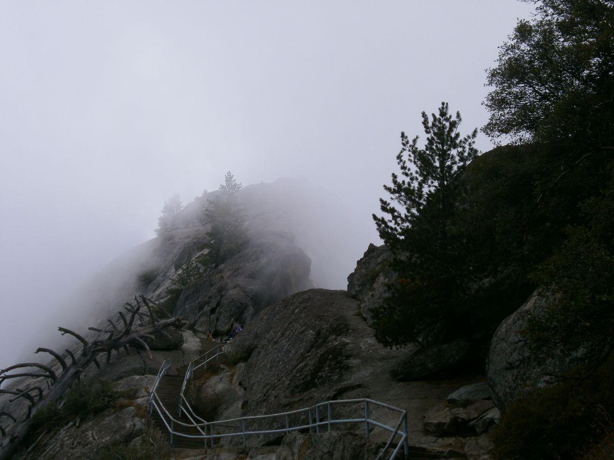 Mororock trail. We liepen de wolken in.