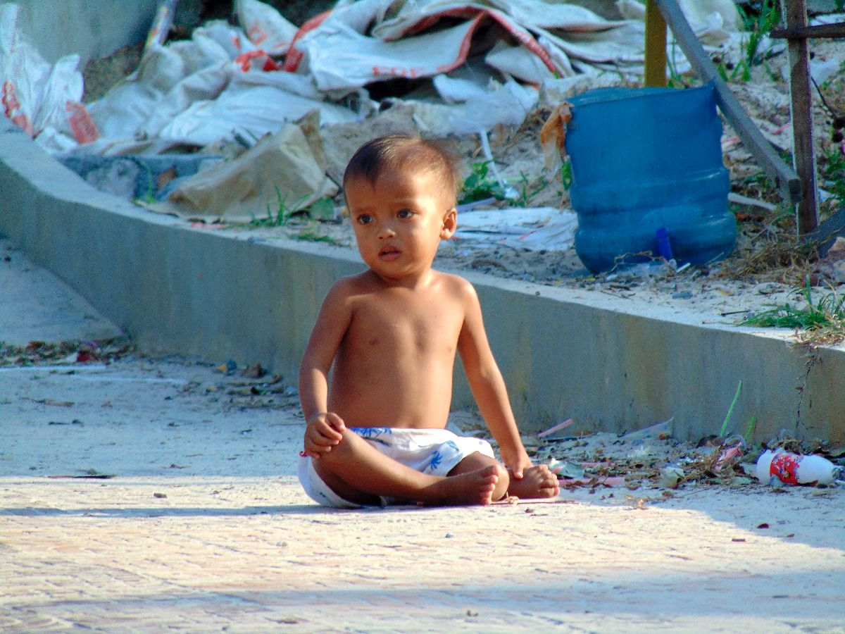 Kindje tussen het afval op Koh Rong