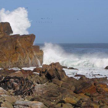 De zee beukt tegen de kaap op