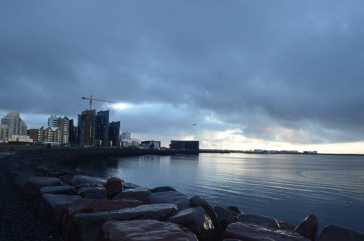 Uitzicht vanaf de kade op het concertgebouw van Reykjavik.