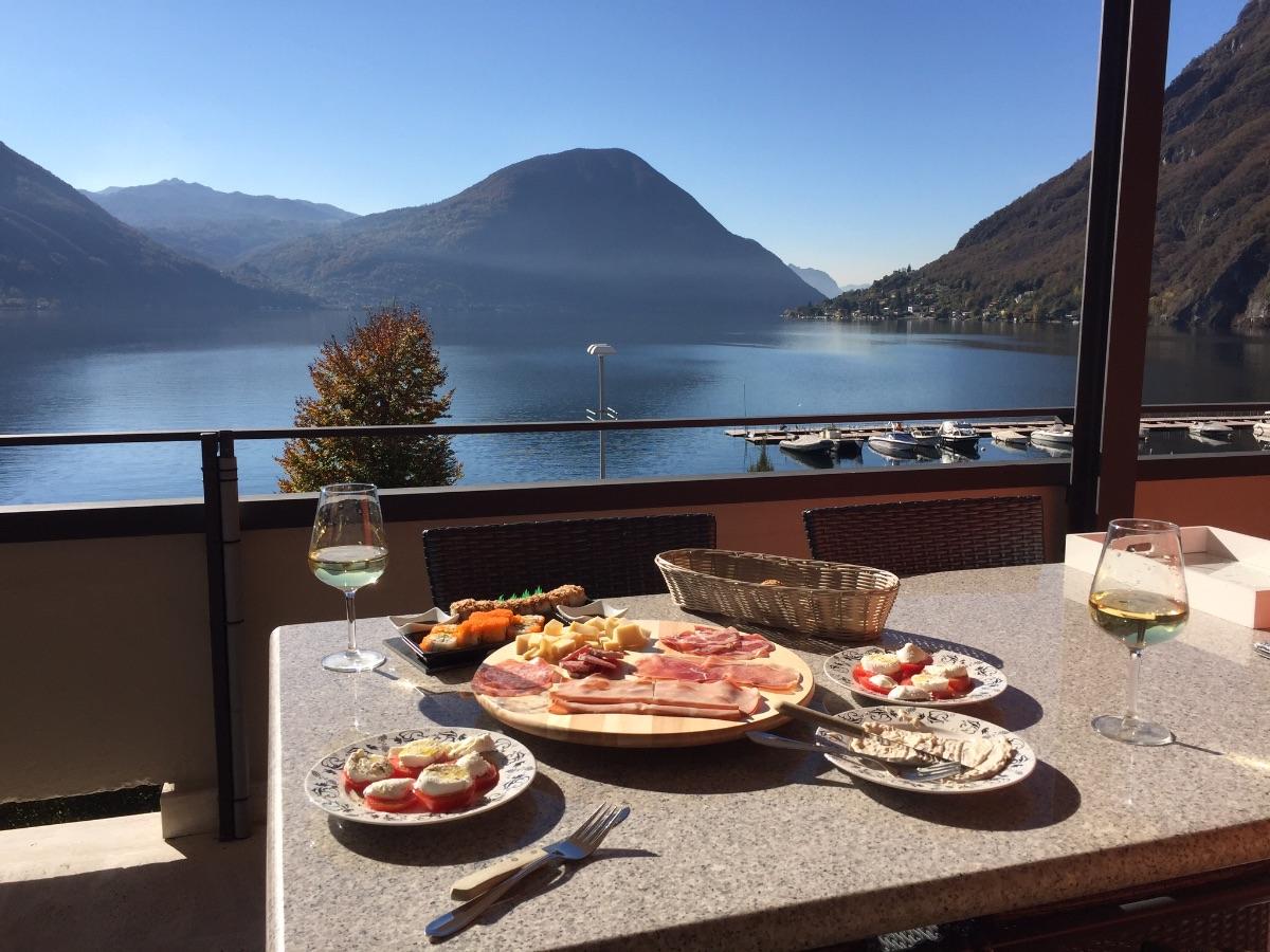 Adembenemend uitzicht vanaf balkon Lungo Lago Matteotti