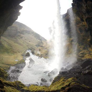 Achter waterval Kvernufoss