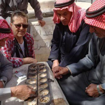 oude mannen doen spelletjes op het Al Ein Plaza