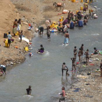 Wassen in de rivier
