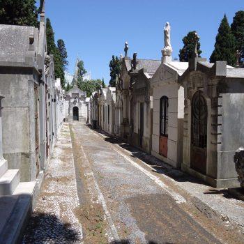 """cemitério dos prazeres, met vele verlaten graven """"abandonado"""""""