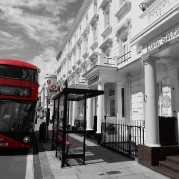 Bij hotel met busstop voor de deur