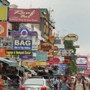 Het drukke toeristische khao san road in Bangkok