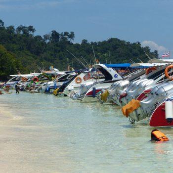de vele speed boten bij de snorkel toer
