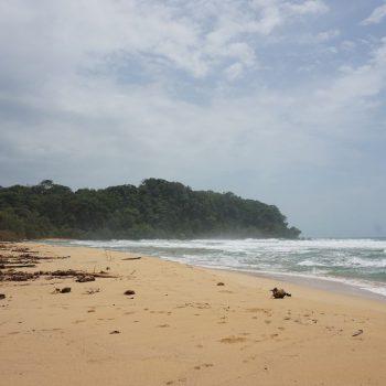 Prachtig strand aan de ruige kant
