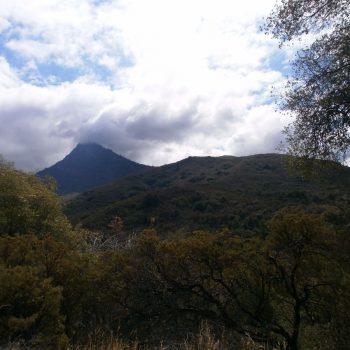 We slingerden deze berg op, nog helemaal naar het topje in de wolken. Een prachtige route.
