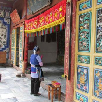Bai dame bij Tibetaanse tempel
