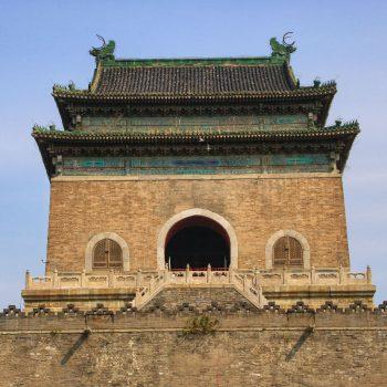De mooie drum toren staat in een traditionele wijk