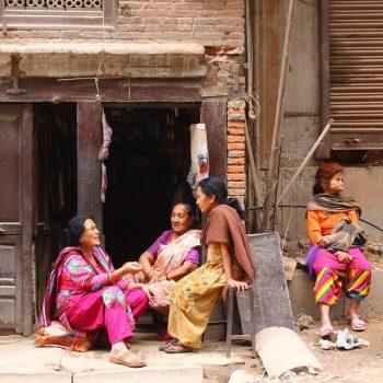 Lieve mevrouwtjes gezellig aan het kletsen in Kathmandu