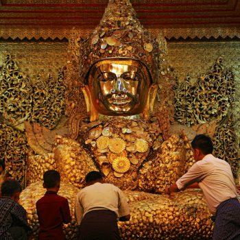 Mahamuni Buddha waar het goud opgeplakt wordt