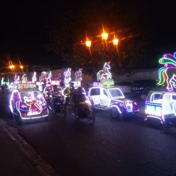 verlichte auto's voor het koninklijk paleis in Yogyakarta
