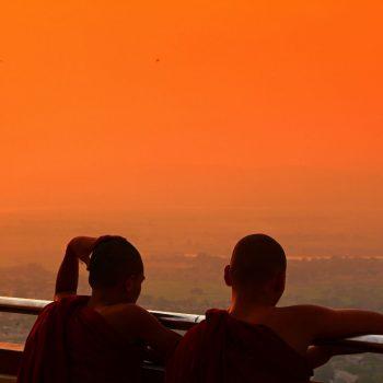 Jonge Monniken uitkijkend over Mandalayhill
