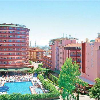 Zwembad met glijbaan bij ronde gedeelte van hotel