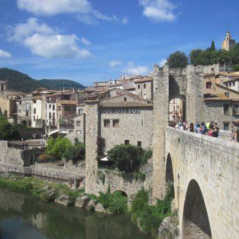 Zicht op Besalú, goed voor een dagtrip vanaf Barcelona
