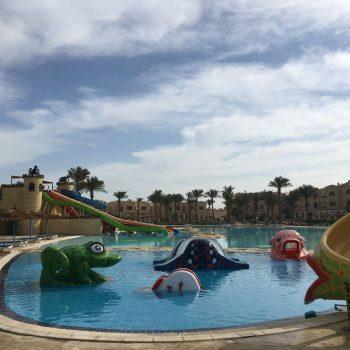 Paar zwembaden bij het resort