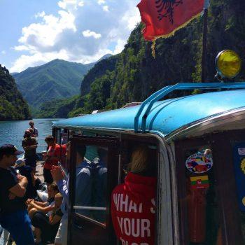 De busboot van Koman naar Fierze