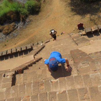 Kind en partner klimmen ook de tempel op