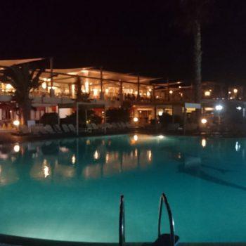 Het zwembad in de avonduren
