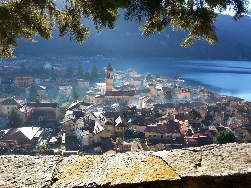 Porlezza vanuit de bergen met Lugano meer op achtergrond.