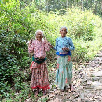 2 vrouwen tijdens de wandeling naar de Peace Pagoda