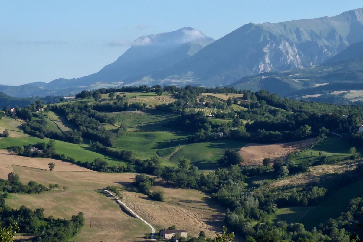 Op de achtergrond de bergen van Monte Sibillini