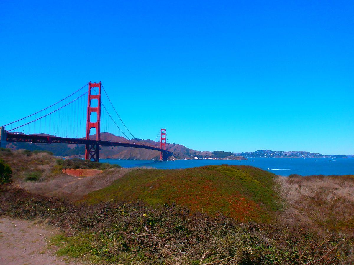 De iconische brug is mooi om te zien.