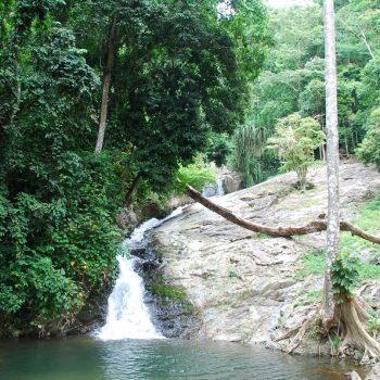 een van de vele watervallen die het eiland kent