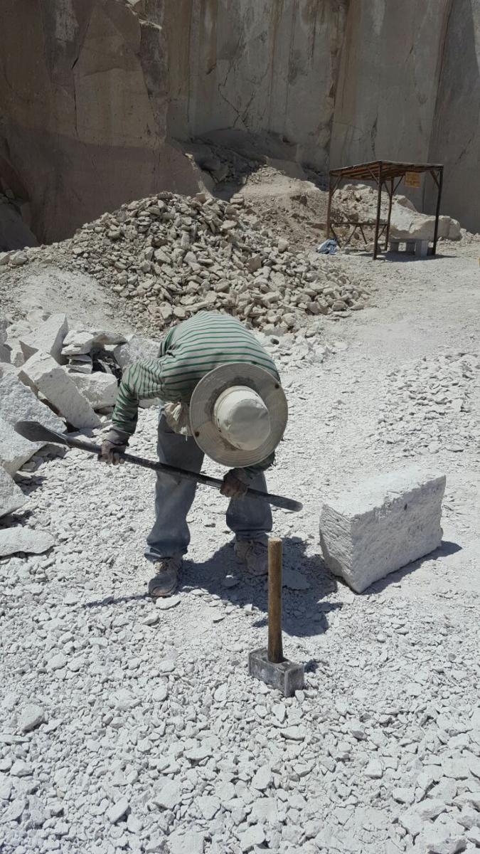 Man van 80 jaar hakt stenen, realitytour