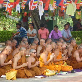 biddende monniken in Lumbini