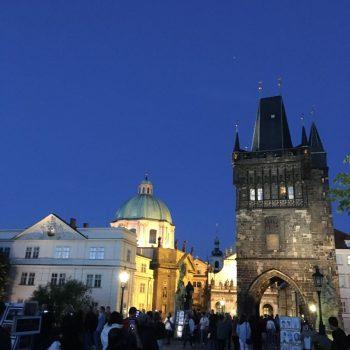 Karelsbrug bij nacht, veel muziekanten erg druk.