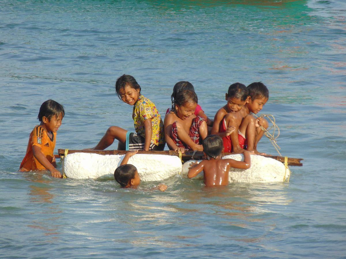 Spelende kinderen op Koh Rong